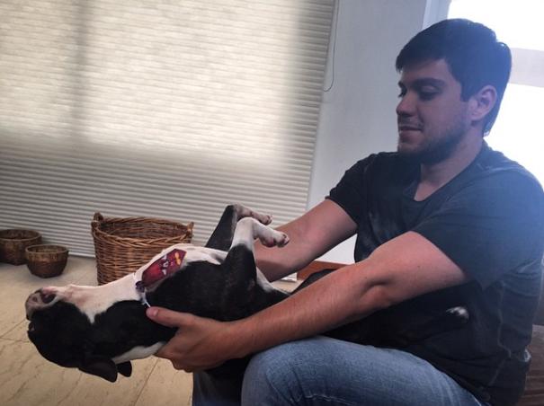 Rodolfo brincando com o cão Borracha. (Foto: Reprodução / Instagram)