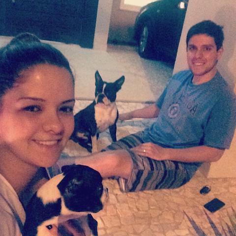 Maria Cecilia e Rodolfo com os cachorros Borracha (ao fundo) e Violeta (na frente). (Foto: Reprodução / Instagram)