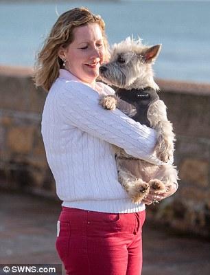Catherine Pipon e sua cachorra Molly usam marca-passo. (Foto: Reprodução / Daily Mail UK)