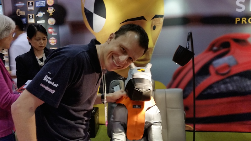 Alexandre Rossi na Global Pet Expo ao lado de um cinto de segurança para cães. (Foto: Divulgação)