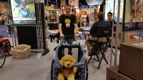 Alexandre Rossi com um carrinho para transportar cães. (Foto: Divulgação)