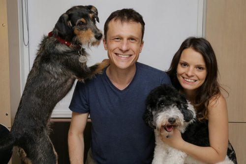 Alexandre Rossi já voltou para casa e foi recebido pela esposa Cynthia Macarrão e pelos cães Barthô e Estopinha. (Foto: Reprodução / Facebook)