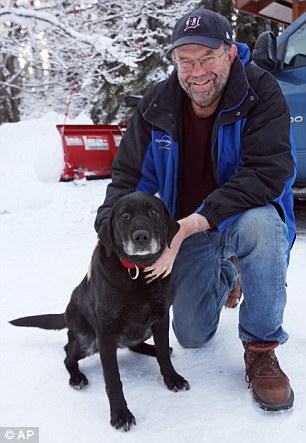 Ed Davis com sua cachorra Madera. (Foto: Reprodução / Daily Mail UK)