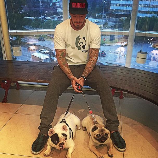 Felipe Titto levando os cães Carlos e Chico para tomar vacina. (Foto: Reprodução / Instagram)