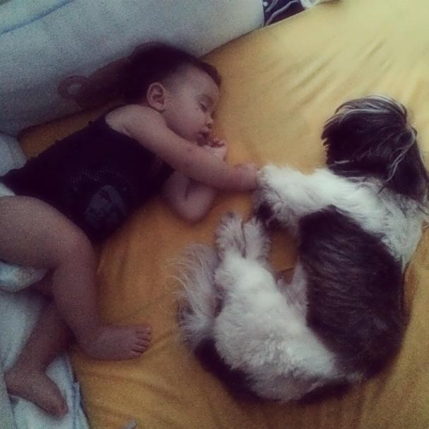 O filho e o cachorro de Bárbara Borges dormindo juntos. (Foto: Reprodução / Instagram)