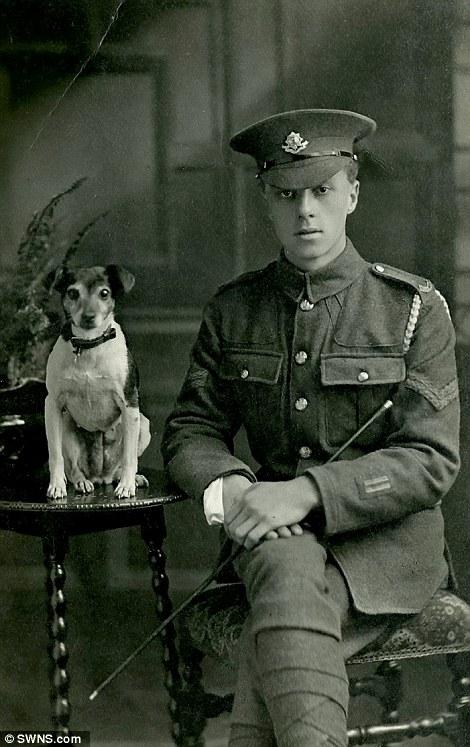 Britânico com seu cão, em 1917. (Foto: Reprodução / Daily Mail UK)