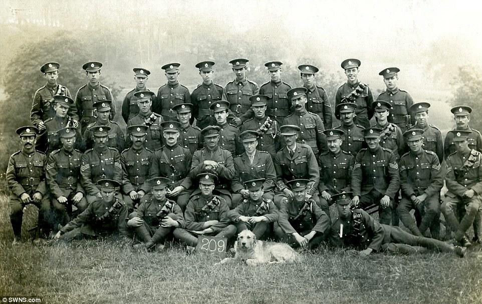 Exército britânico com seu cachorro. (Foto: Reprodução / Daily Mail UK)