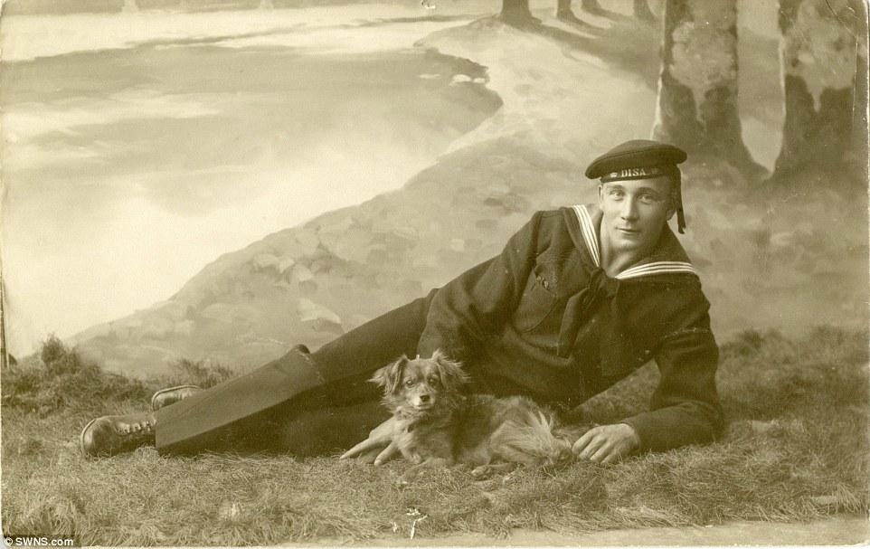 Membro da marinha sueca com seu cachorro, em 1915.  (Foto: Reprodução / Daily Mail UK)