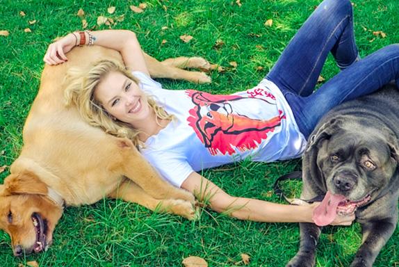 Gianne Albertoni sempre ajuda animais carentes. (Foto: Reprodução / Tisha)