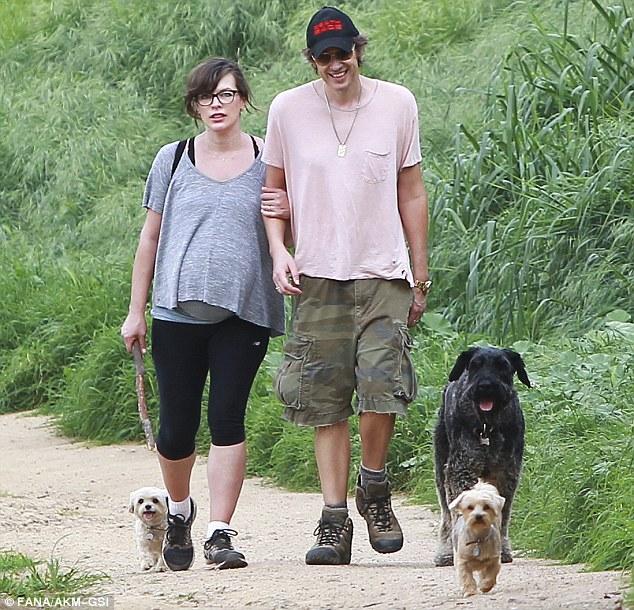 Milla Jovovich com o marido e seus três cachorros. (Foto: Reprodução / Daily Mail UK)