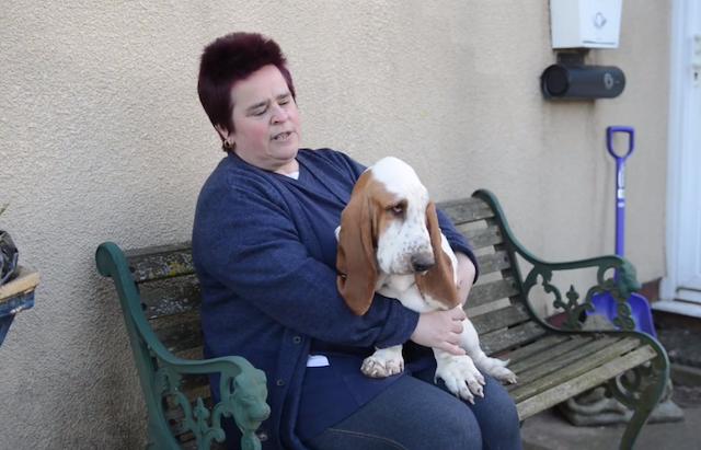 Jo Town com sua cachorra  Smartie Pants. (Foto: Reprodução / Metro UK)