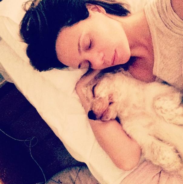 Vanessa Gerbelli com seu cão. (Foto: Reprodução / Instagram)