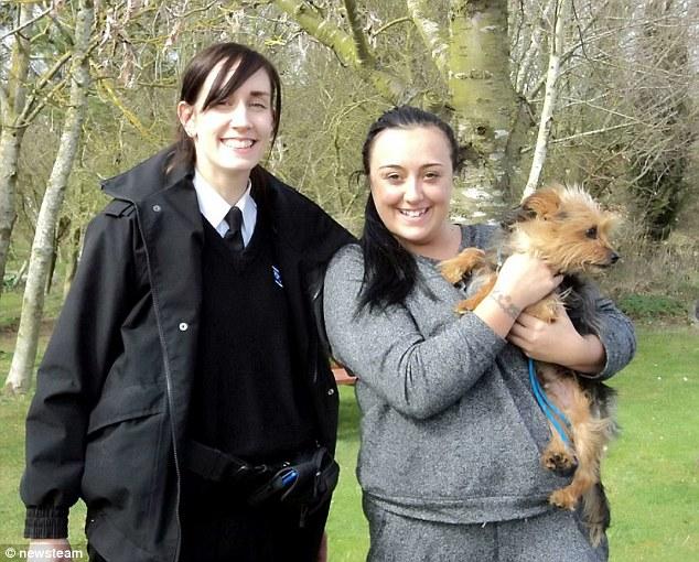 A inspetora da RSPCA, Stephanie Law, e Kirsty Mitton com o cachorro Alfie no colo. (Foto: Reprodução / Daily Mail UK)