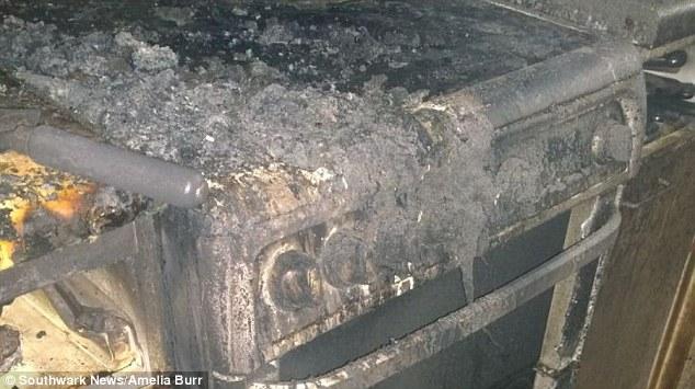 Onde o incêndio começou: no fogão. (Foto: Reprodução / Daily Mail UK)