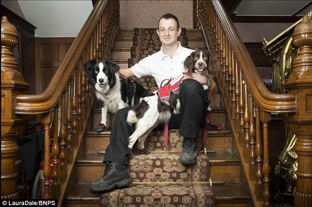 Mark com seus cachorros. (Foto: Reprodução / Daily Mail UK)