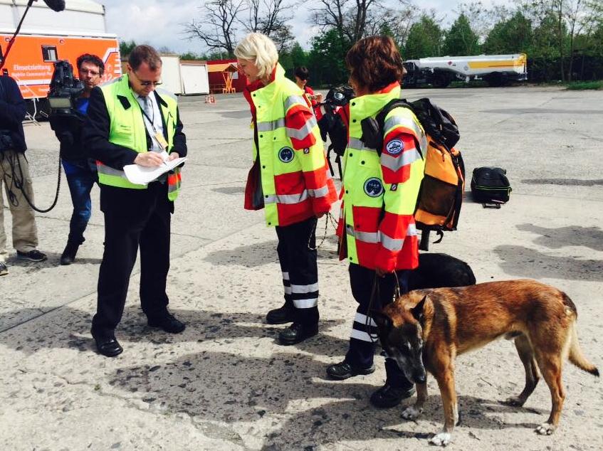 Mais de 50 membros da Internacional Search and Rescue vão ajudar as vítimas do Nepal. (Foto: Reprodução / Facebook / I.S.A.R Germany)