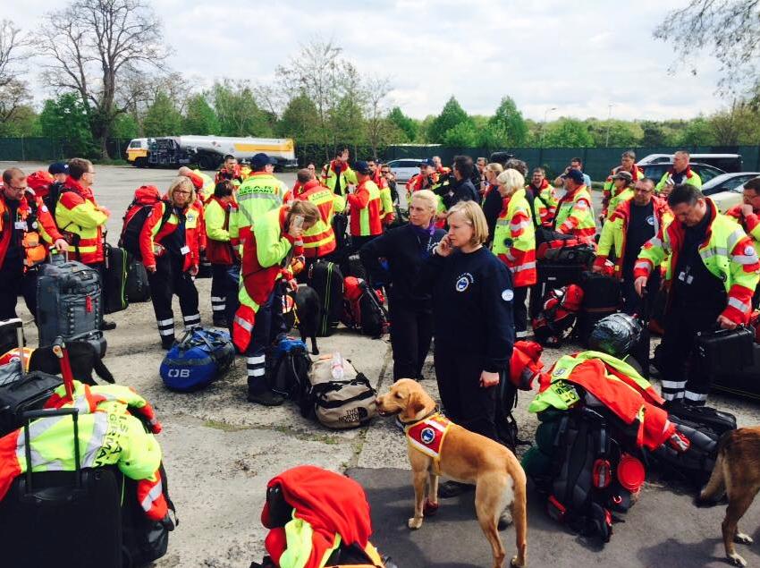 Médicos, paramédicos, especialistas em resgate, cães farejadores e seus treinadores viajaram ao país devastado pelo terremoto. (Foto: Reprodução / Facebook / I.S.A.R Germany)
