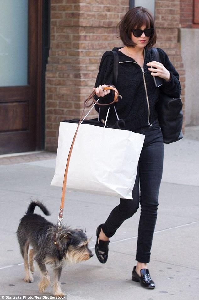 Dakota Johnson com seu cachorro Zeppelin. (Foto: Reprodução / Daily Mail UK)