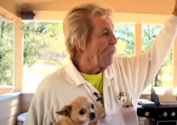 Carl Moore com a cachorra Lacy. (Foto: Reprodução / CBS)