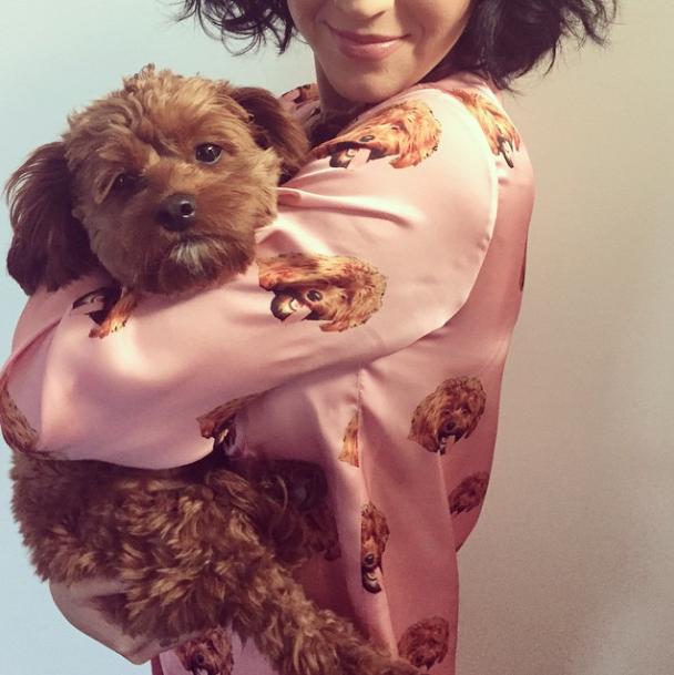 Katy Perry com seu pijama e o cachorro Butters. (Foto: Reprodução / Instagram)