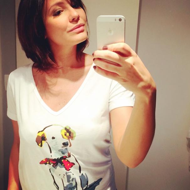 Juliana Knust mostrando a camiseta com estampa de cachorro. (Foto: Reprodução / Instagram)