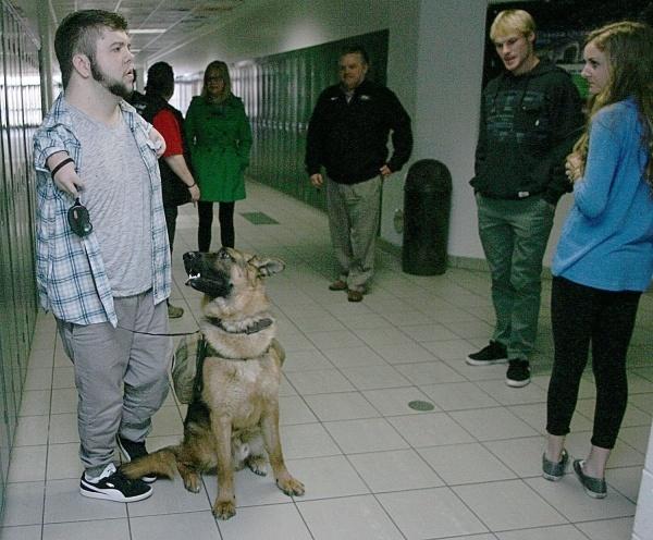 O cão Troy tornou Nick mais independente. (Foto: Reprodução / Bark Post)