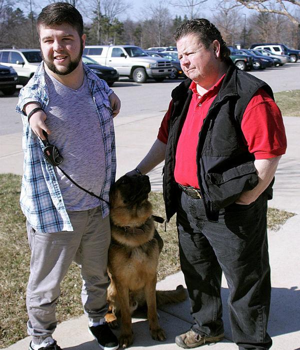 O cão de serviço Troy se tornou um grande companheiro de Nick. (Foto: Reprodução / Bark Post)