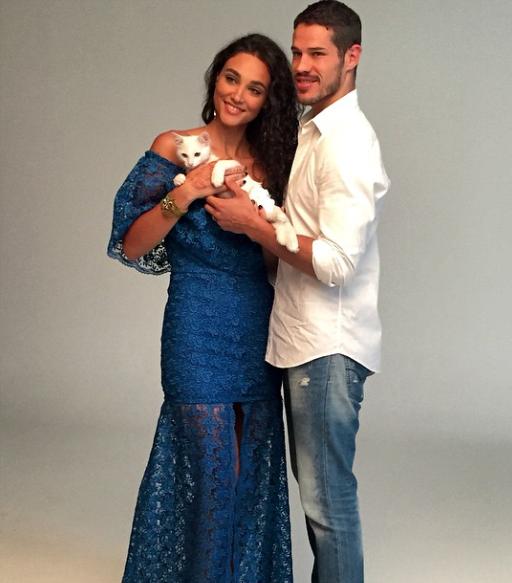 Débora Nascimento e José Loreto com o gatinho Paçoca.  (Foto: Reprodução / Instagram)