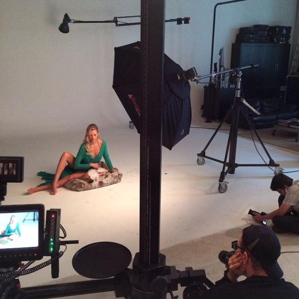 Bastidores do ensaio fotográfico de Gianne Albertoni.  (Foto: Reprodução / Instagram)