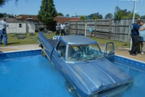 A caminhonete caiu na piscina. (Foto: Reprodução / Fox 11)