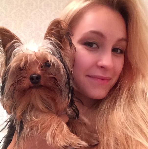 Carla Diaz e seu cão Chaplin. (Foto: Reprodução / Instagram)