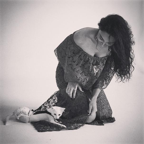 Débora Nascimento se divertindo com o filhote Paçoca.
