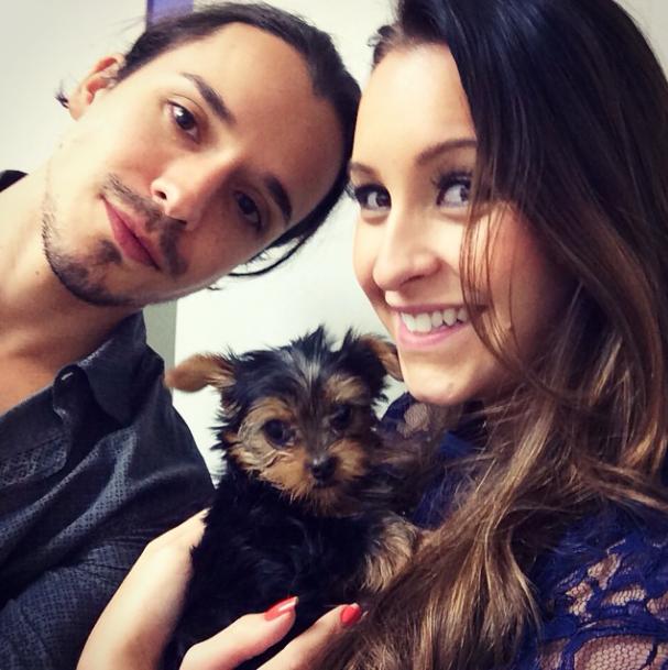 Bernardo Falcone, Carla Diaz e o cachorro Chaplin.  (Foto: Reprodução / Instagram)