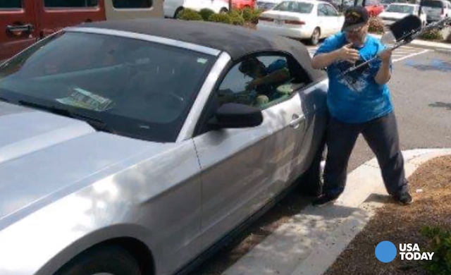 Michael Hammons quebrando vidro do carro. (Foto: Reprodução / USA Today)