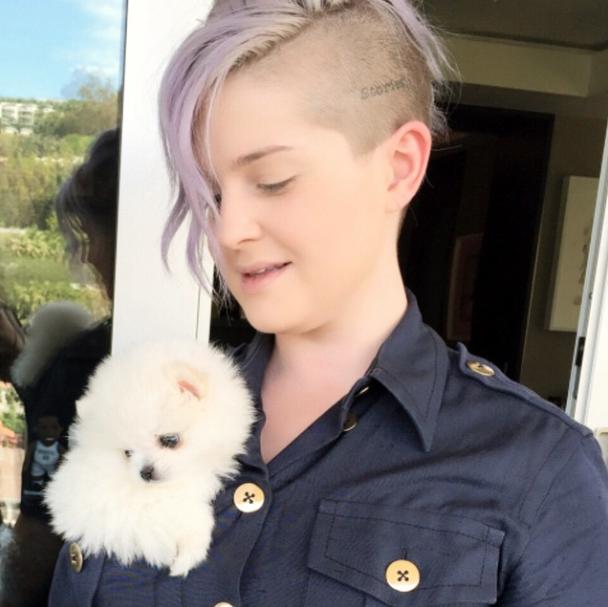Kelly Osbourne com a cachorra Nancy. (Foto: Reprodução / Instagram)
