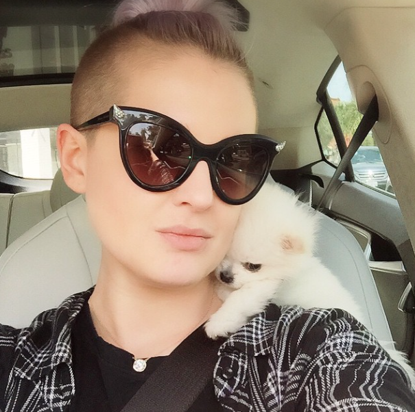 A cantora disse que Nancy adora escalar seu pescoço e ficar assim no carro. (Foto: Reprodução / Instagram)
