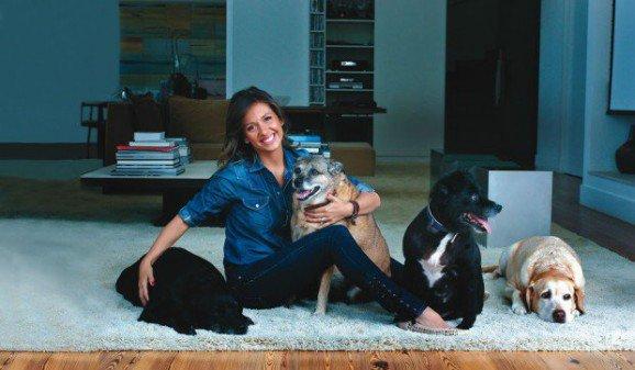 Luisa Mell com Preta, Dino, Gisele e Marley. (Foto: Reprodução /  Site Luisa Mell)
