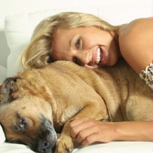 Luisa Mell com a cachorra Dino. (Foto: Reprodução /  Site Luisa Mell)