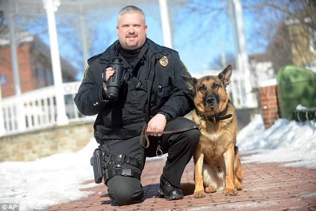 Eric Eslary e o cão policial Belk. (Foto: Reprodução / Daily Mail UK)