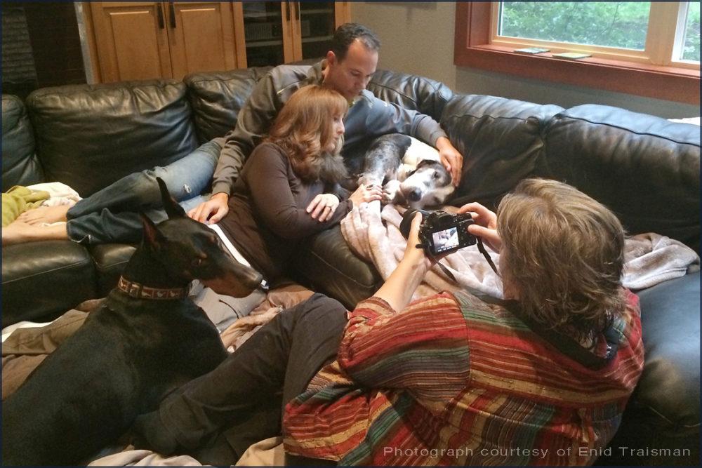 Kristin Zabawa tirando fotos de uma família com seus cães. (Foto: Reprodução / Indiegogo)