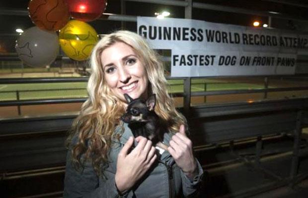 Julia Pasternack com a cachorra Konjo. (Foto: Reprodução / Guinness World Records)