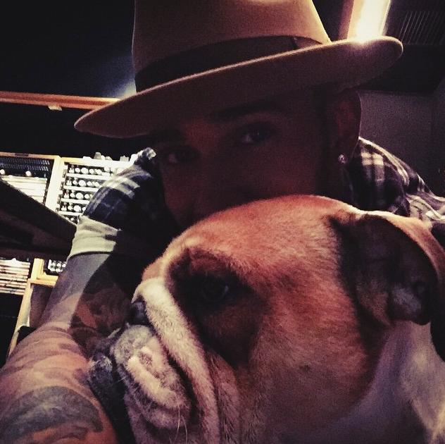 Hamilton com a cachorra Coco. (Foto: Reprodução / Instagram)