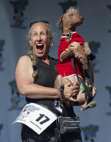 Rona Thau com o cachorro Morris no colo. (Foto: Reprodução / CBS News)