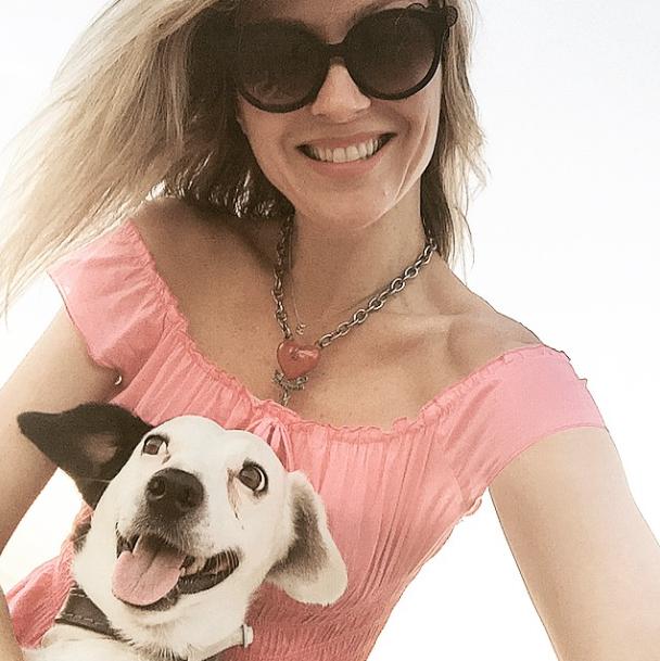 Ellen Jabour com seu cão Pluft. (Foto: Reprodução / Instagram)