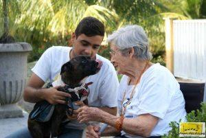 Os cães terapeutas visitam crianças, idosos e portadores de necessidades especiais. (Foto: Divulgação / Projeto Pêlo Próximo)