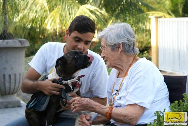 Cão terapeuta do Projeto Pêlo Próximo visitando idosa. (Foto: Divulgação / Projeto Pêlo Próximo)