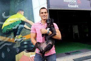 A Rede de Proteção Animal da Secretaria Municipal de Meio Ambiente está incentivando a guarda compartilhada de cães pela comunidade. Na imagem, Eduardo Anjos. Foto: Jaelson Lucas/SMCS