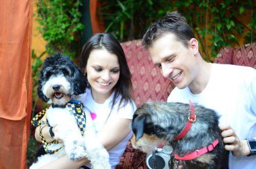 Alexandre Rossi com sua esposa, Cynthia Macarrão, e seus cães, Barthô e Estopinha. (Foto: Fabricio Ladeira)