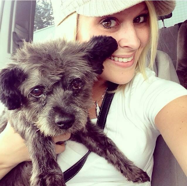 Nicole adotou o cão Chester. (Foto: Reprodução / Facebook)