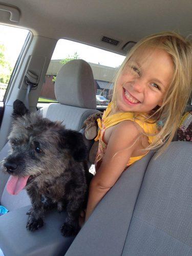 O cachorro Chester com Paisley, a filha de Nicole. (Foto: Reprodução / Facebook)